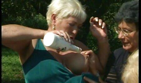 Echte Kapuzenlesben ficken sex film gucken sich gegenseitig mit einem Dildo.