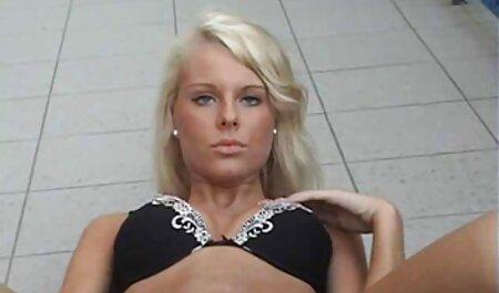 Die sexy Brünette nimmt einen Schwanz in sex film gucken ihren engen Arsch und lässt sich das Gesicht eincremen